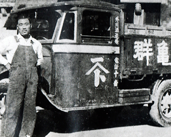 at the beginning of Showa period the motor tricycle truck for carring on the brand Gunki